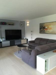 Her er god TV plads til hele familien. Sofaen har hvilefunktioner og de små borde kan nemt flyttes rundt, som det passer i situationen.