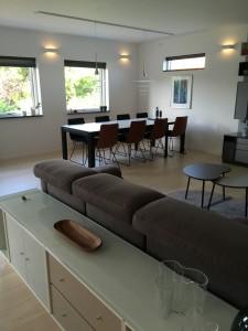 Spiseområde med 8 faste pladser, der kan udvides til 18. Lamperne kan flyttes i skinnen i loftet. Der er lysindfald fra vinduer og terrassedør fra 3 sider.