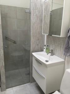 Badeværelset emmer af velvære, det er dejligt at se på og funktionelt at benytte